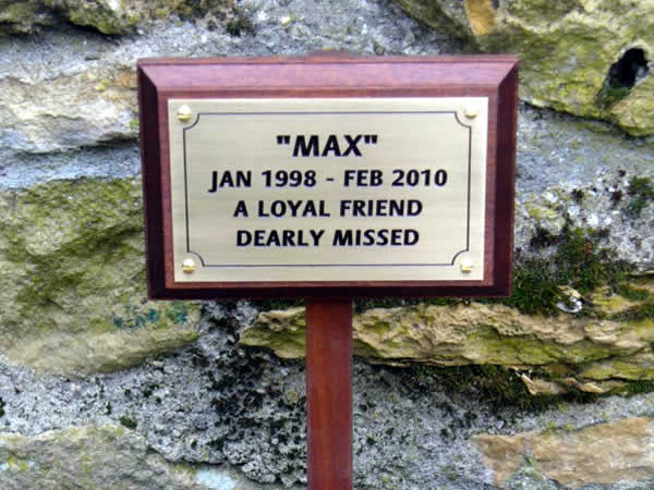 Pet memorial plinth